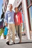 Felice coppia senior lo shopping in città — Foto Stock
