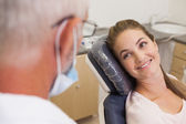 Dentist and patient smiling at each other — Stock Photo