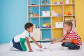 在教室的地板上画的小男孩 — 图库照片