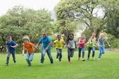 ученики, гонки на траве за пределами — Стоковое фото