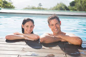 Couple in swimming pool on a sunny day — Foto Stock