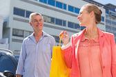 Šťastný starší pár obchodů ve městě — Stock fotografie