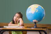 ученик, мышление в классе с глобусом — Стоковое фото