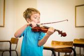 играет скрипка ученика в классе — Стоковое фото