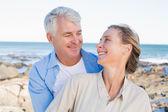 Szczęśliwa para dorywczo przytulanie na wybrzeżu — Zdjęcie stockowe