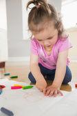 Liten flicka ritning i vardagsrum — Stockfoto