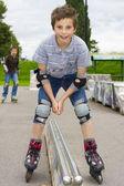 Schuss lächelnder gleitende rollschuhläufer in schutz-kit — Stockfoto
