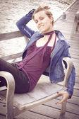Portrét krásná mladá žena venkovní posezení u řeky — Stock fotografie