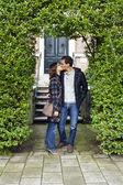 Ritratto di amore bacio coppia abbracciando all'aperto guardando felice — Foto Stock