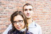 Retrato de amor buscando pareja feliz contra fondo de pared — Foto de Stock
