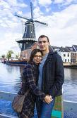 Jovem casal na cidade holandesa de haarlem, Países Baixos — Fotografia Stock