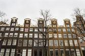 Historical houses along Amsterdam canal, the Netherlands — ストック写真