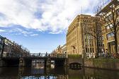 Исторические дома вдоль канала Амстердама, Голландия — Стоковое фото