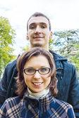 Ritratto di amore coppia all'aperto guardando felice — Foto Stock