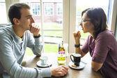 молодой человек на романтическое свидание со своей возлюбленной в кафе — Стоковое фото