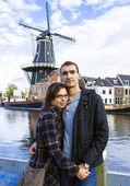 对年轻夫妇在哈勒姆荷兰小镇,荷兰 — 图库照片