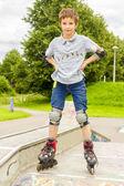 Tiro de sonrientes rollerskaters deslizamiento en kit de protección — Foto de Stock