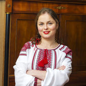 Portrait of beautiful young woman in the Ukrainian national clothes — Стоковое фото