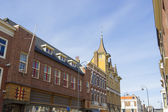 Casa colorida em alkmaar, contra um céu nublado — Foto Stock