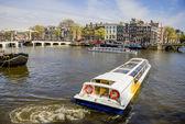 Visa på amsterdam och amstel rive med cruise båtarna, nederländerna — Stockfoto