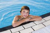 Aktivitäten am Pool. süsser Boy Schwimmen und spielen im Wasser ich — Stockfoto