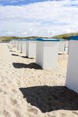 Cabañas de playa a orillas del mar del norte en los países bajos — Foto de Stock