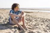 Teenager sitzen am Strand — Stockfoto