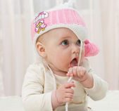 Niña con un sombrero rosa — Foto de Stock