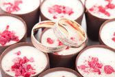 Two wedding rings on chocolates with raspberries — Foto Stock