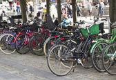 Pouliční párkoviště pro bicykly — Stock fotografie