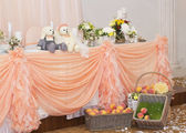 Wedding table with peach arrangements — Stock Photo