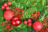 Fir 装飾の赤いクリスマス ボール — ストック写真