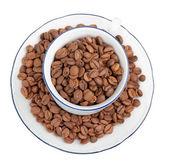 белая чашка с кофе в зернах — Стоковое фото