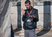 EPHESUS, TURKEY, December 25. Guide tells tourists about Ephe — Stock Photo