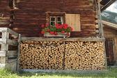 Evin yanında odun — Stok fotoğraf