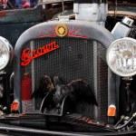 Antique car with bird — Stock Photo