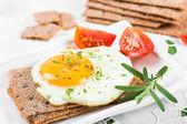 Fried egg on crisp bread   — Stock Photo