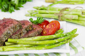 Beef steak medium roast with asparagus and tomatoes — Stock Photo