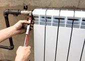 Foto real da instalação de um radiador — Foto Stock