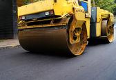 Road repair, compactor lays asphalt. — Stock Photo