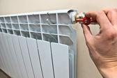 Radiateur d'un chauffage central dans l'appartement — Photo