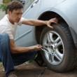 Man changes the wheel of the car — Stockfoto #39021557