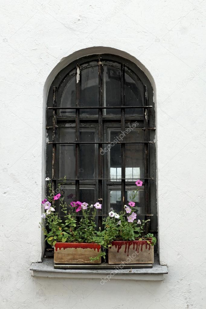 Vieille fen tre avec fleurs photographie rateland for Decoration avec vieille fenetre