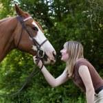 güzel bir kadın onun atı ile yapıştırma — Stok fotoğraf #21403747