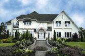 Exterior da casa de estuque branco luxo — Foto Stock