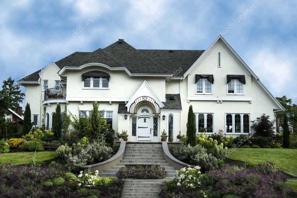 Exterior da casa de estuque branco luxo foto stock for House of 950