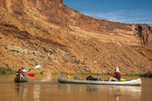 Family fun on desert river in canoes — Stock Photo