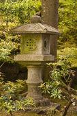 Buddhistiska helgedom i en japansk trädgård — Stockfoto