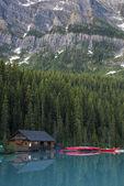 Boathouse and canoes, Banff National Park — Stock Photo