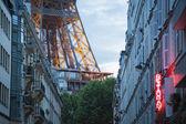 Eiffel-turm am ende der straße, paris — Stockfoto
